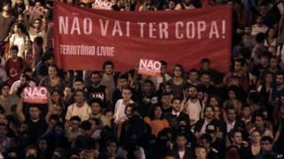 Ativistas contrários à Copa fazem manifestação em São Paulo (foto: AP)