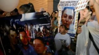 Familiares de los jóvenes asesinados. Foto Getty Images.