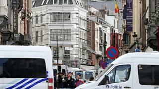Policías frente al Museo Judío de Bruselas