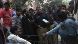 Après coup, la police questionne des témoins, le corps inanimé de Farzana gît sur le sol