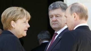 Angela Merkel, Petro Porochenko et Vladimir Poutine. Les tractations se poursuivent pour réconcilier l'Ukraine et la Russie