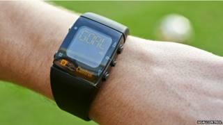 Un referí muestra su reloj