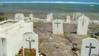Cementerio inundado en el Atolón Majuro, Islas Marshall