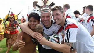 Oezil e Podolski junto com índios durante um treino da seleção alemã no Campo Bahia antes da Copa (ALLSPORTS/Getty)
