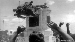 El pueblo nicaragüense derriba la estatua de Somoza. Foto: Archivo Diario La Prensa