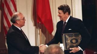 Mijaíl Gorbachov y Ronald Reagan
