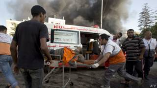 Socorristas asisten a las víctimas en Gaza