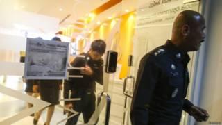 Policía registra la clínica de fertilidad New Life de Bangkok.