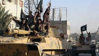 Miembros de Estado Islámico en una caravana en Siria