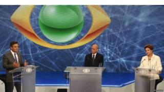 Aécio e Dilma à esquerda e direita do jornalista Ricardo Boechat (Reuters)