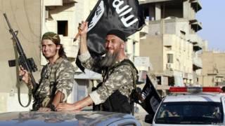 Combatientes de Estado Islámico en Raqqa, Siria, a fines de junio de 2014
