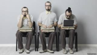 Tres imágenes de una persona que espera por una entrevista de trabajo
