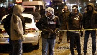 Турецкие полицейские у места взрыва в Стамбуле