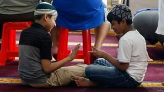 Niños jugando a piedra, papel o tijera