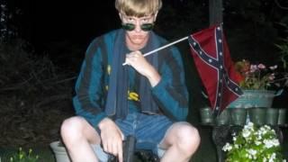 Dylann Roof con bandera confederada