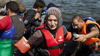 Migrante siria en un barco