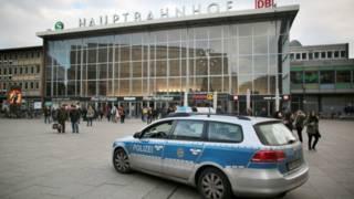 Auto de policía frente a la estación central de tren de Colonia