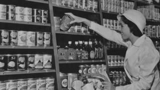 Mujer hace las compras en 1930