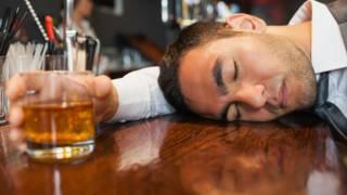 Hombre conusmiendo alcohol