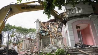 La antigua casa de Pablo Escobar siendo derribada