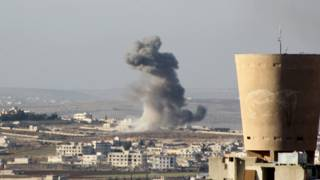 Столб дыма после авиаудара. Город Анадан, Сирия