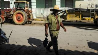 Un agricultor en una calle de Cuba