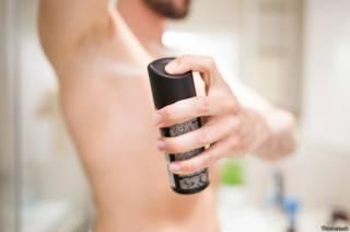 Hombre colocándose desodorante