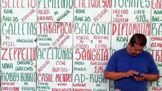 Hombre mira su celular en Venezuela