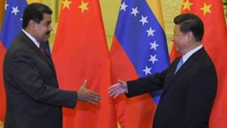 El presidente de Venezuela, Nicolás Maduro, y el de China, Xi Jinping, en una visita en 2015,  en busca de financiamiento.