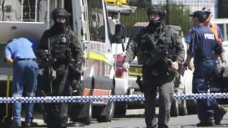 Policías fuertemente armados en Sidney