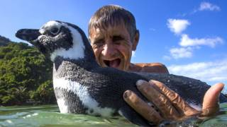 João Pereira de Souza junto al pingüino DinDim