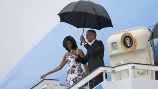 Barack Obama y su esposa Michelle al llegar al aeropuerto de La Habana.