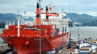 Buque transitando el Canal de Panamá