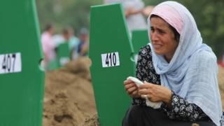 Un familiar de uno de los asesinados en Srebrenica