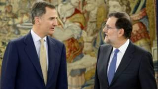 El rey Felipe de España, junto al líder del Partido Popular, Mariano Rajoy, en el Palacio de la Zarzuela, Madrid.