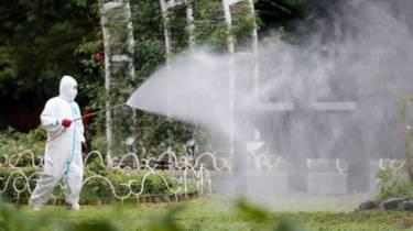 工作人員在東京代代木公園消毒(28/08/2014)