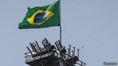 Plataforma de Petrobras con la bandera de Brasil.