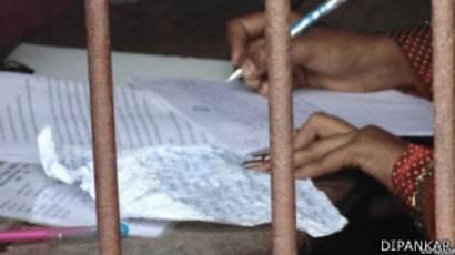 Mujer copia en un examen