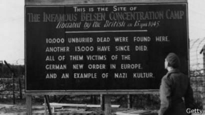 Cartel conmemorativo de la liberación del campo, donde se explica los horrores que sufrieron decenas de miles de personas.