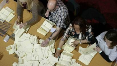 Contagem de votos no Reino Unido (Reuters)