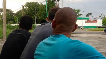 Cubanos esperando frente a la estación migratoria de Tapachula
