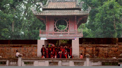 Sinh viên Việt Nam tại Văn Miếu