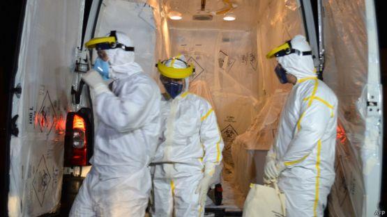 enfermedos usando ropa protectora contra el ébola