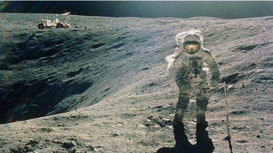 Астронавт идет по Луне