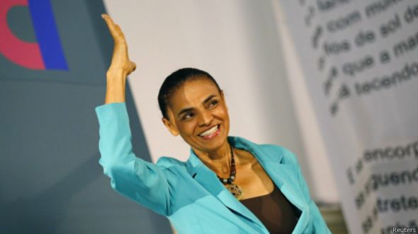 La candidata presidencial brasileña Marina Silva gesticula durante un acto de campaña.
