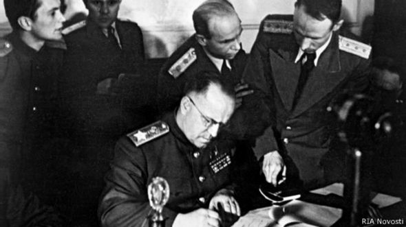 Маршал Жуков подписывает Акт о капитуляции Германии