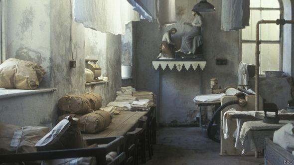 """Escena de una lavandería de las Magdalenas en la serie """"Pecadoras"""" de la BBC"""