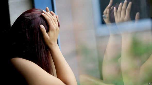 Mujer frente a ventana