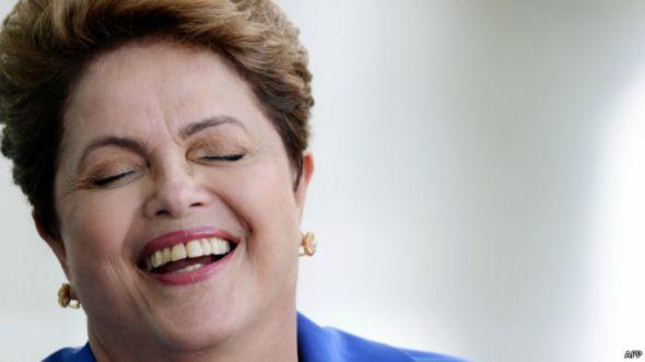 Presidenta brasileña Dilma Rousseff riendo.