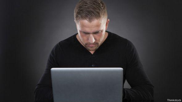 Hombre frente a ordenador